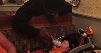 A venit cu copilul de la spital si a vrut sa il hraneasca! Apoi i s-a intamplat ceva uimitor!