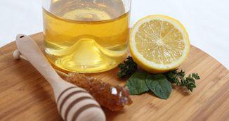 A baut apa cu miere si lamaie in fiecare zi, timp de un an. Cum i s-a schimbat starea de sanatate