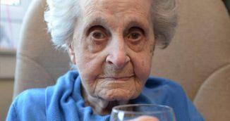 Femeia asta are 102 ani, fumeaza 20 de tigari si bea vin in fiecare zi! Uite care este secretul longevitatii sale!
