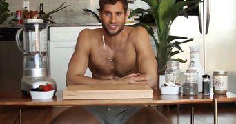 VIDEO! Fa cunostinta cu chef-ul care gateste aproape gol! Toate femeile suspina dupa el!