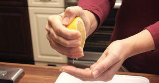 Trucul genial care scoate petele de fructe de padure de pe haine si maini