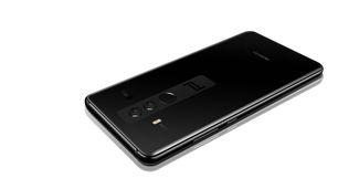 Așa arată telefonul Porsche, un Huawei cu performanțe de mașină sport