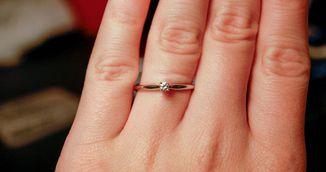 Femeia asta si-a umilit logodnicul cand a aflat cat a costat inelul de logodna