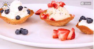 Desert racoritor pentru vremea calda: cosulete cu inghetata si fructe de padure