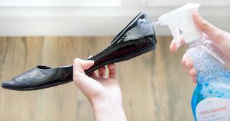 Si-a spalat pantofii de lac cu lichid de curatare pentru geamuri! Rezultatul te va uimi!