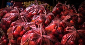 VIDEO! Cum sa depozitezi eficient pungile din plastic! Metoda asta iti va schimba viata!