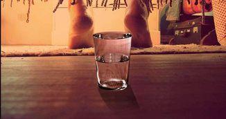 Pune un pahar cu apa sub pat in fiecare noapte! Vei fi socata de rezultat!
