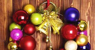 Cele mai simple ornamente de Craciun: coronite din globuri. Cum le faci la tine acasa