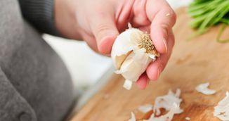 De ce trebuie sa pui usturoiul la microunde timp de 20 de secunde. Nimeni nu stia asa ceva