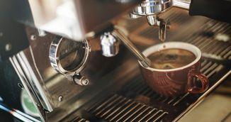 Bei cafea pe nemancate? Uite cum iti distruge stomacul
