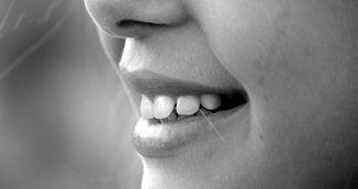 Cum sa-ti albesti dintii cu bicarbonat de sodiu. Metoda asta face minuni