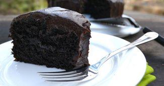 Deliciu vegan! Prepara tort de ciocolata cu avocado in loc de ou si unt!