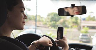 Cum râde MAI de cei care își fac selfie la volan